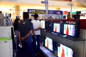 konsumen di area pameran
